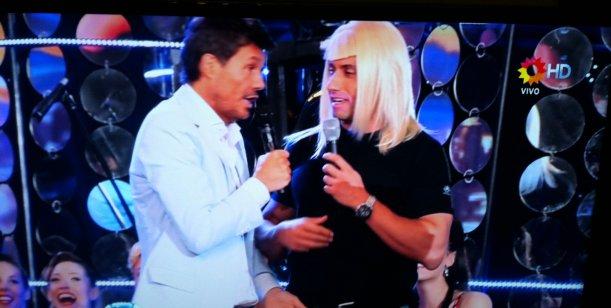 Tinelli, con Tito Speranza, el travesti seseoso, en un paso de comedia