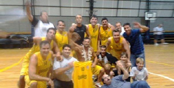 Leo Montero se consagró campeón de básquet anoche, con Obras Sanitarias