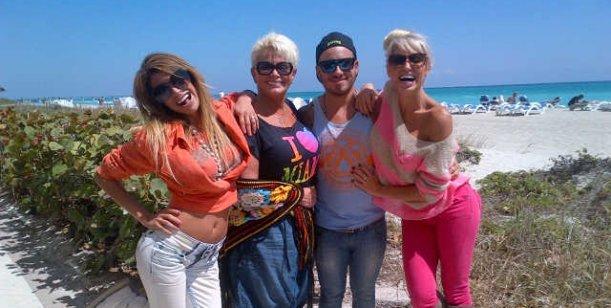Su ex empleada las acusa por TV... y las griegas hacen playa con Carmen y Fede Bal