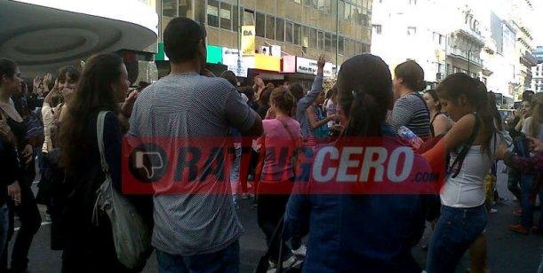 Fanáticos de Dulce Amor, enfurecidos, golpean las puertas del Teatro Gran Rex