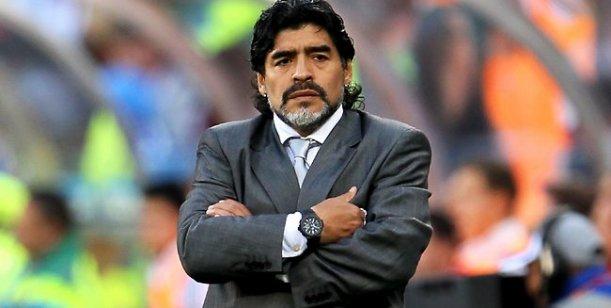 Maradona, furioso: Si te metés conmigo te voy a tirar piedras, soy blanco o negro