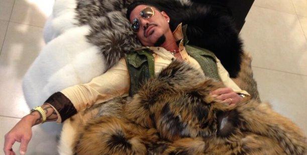Ricardo Fort tapado por pieles: imágenes y debate por la protección animal
