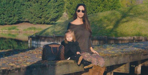 Lejos de los escándalos, Natalia Fassi presenta a su hija y su lujosa mansión