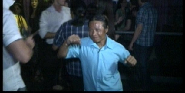 Perdidos en la ciudad: los Mentawai salieron a bailar y pasaron un papelón