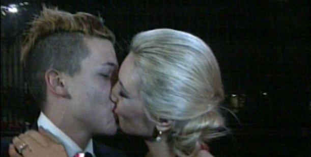 Alexander estrenó su nueva dentadura con un apasionado beso a su novia bailarina