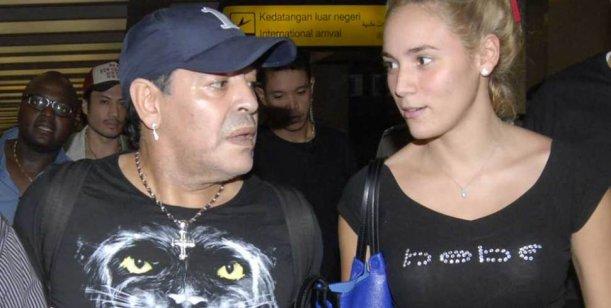 Nuevo escándalo de Diego Maradona y Rocío Oliva con la prensa gráfica